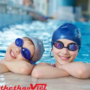 Đeo kính bơi bảo vệ mắt khi bơi