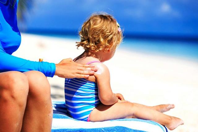 Bôi kem chống nắng là cách để bảo vệ trẻ tốt nhất khi bơi