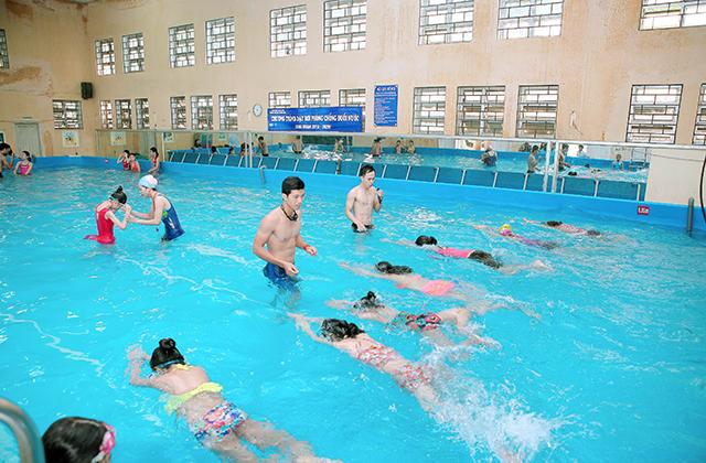 Cho con tập bơi đoạn ngắn