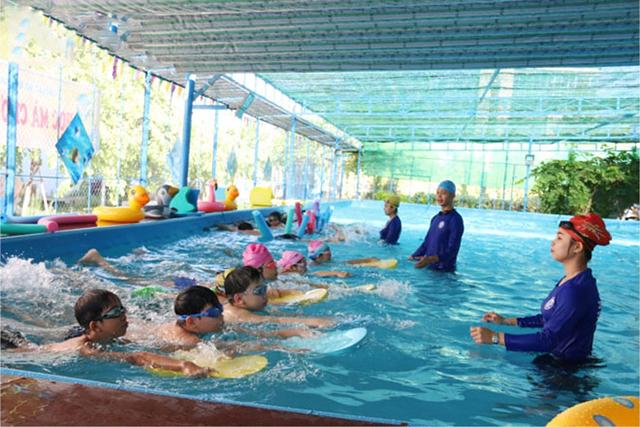 Dạy trẻ cách đập chân dưới nước