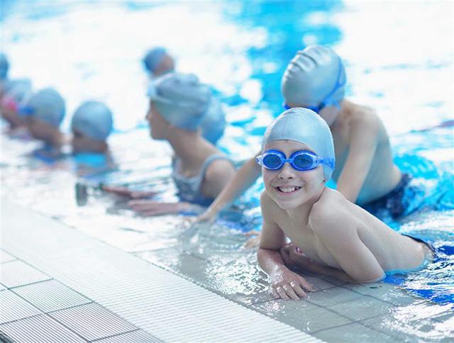 Trang bị đầy đủ vật dụng khi cho trẻ học bơi