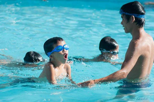 Trẻ sẽ khỏe mạnh hơn khi học bơi