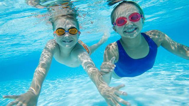 Sử dụng kính bơi giúp bảo vệ đôi mắt tốt hơn