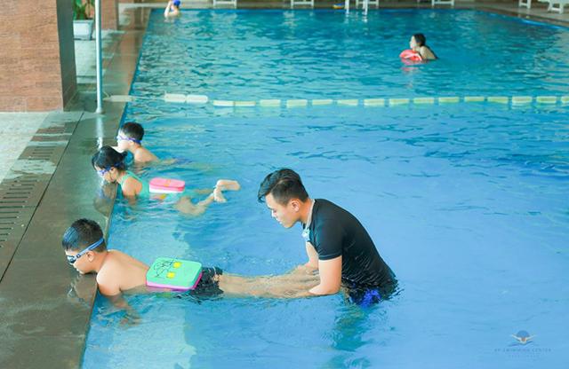 Cần chọn trung tâm bơi cho con an toàn và đảm bảo