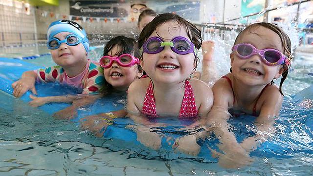 Bé sẽ được tiếp xúc với nhiều bạn đồng tráng lứa khi đi học bơi