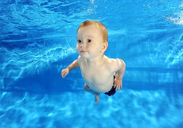 Tập bơi sẽ giúp kích thích trí tuệ và thể chất của trẻ phát triển