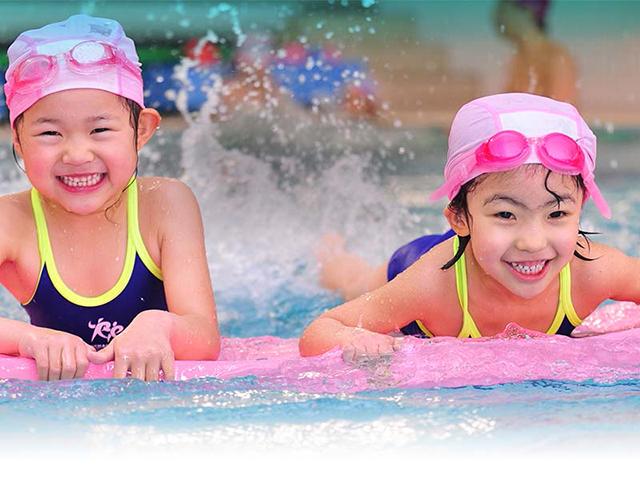 Bé hình thành được các phản xạ, động tác bơi lội từ sớm