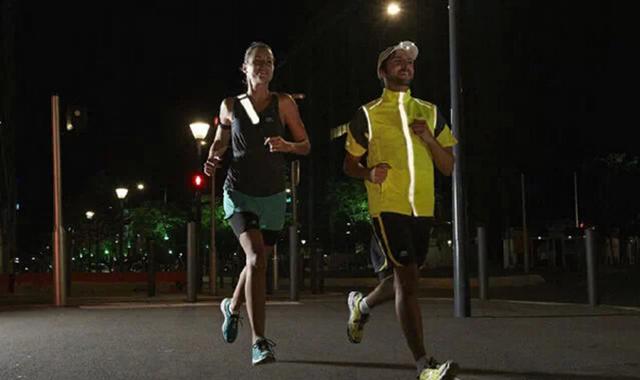 Cơ thể được thư giãn khi đi bộ vào buổi tối
